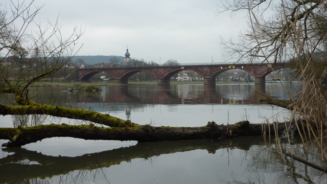 Dunkle Wolken über der Marktheidenfelder Mainbrücke
